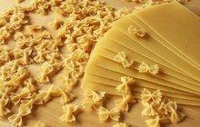 POTŘEBUJETE:400 g těstoviny, 1 střední hlávku zelí, sůl, 150 – 200 g slaniny, 1 cibuli, máslo, 1 zakysanou smetanu