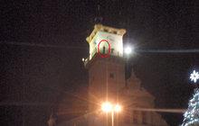 Vyšplhal po fasádě na věž radnice: Opilci cesta trvala 65 minut!