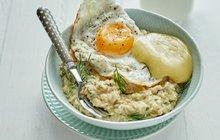 POTŘEBUJETE:140 g ovesných vloček, 500 ml vody, 60 ml kefíru, 2 vejce, 125 g Olomouckých tvarůžků Malé, Velké nebo Speciál, 40 g přepuštěného másla ghí, pár snítek kopru, sůl.