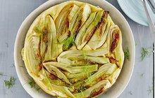 POTŘEBUJETE:420 g hladké mouky, 250 g másla, 90 g Hery, 1 lžičku soli, 5 menších fenyklových bulv, 2 lžíce přepuštěného másla ghí, 125 g Olomouckých tvarůžků Kousky, sůl