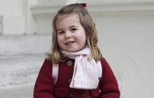 Kdo je tahle rozkošnáá holčička vkabátku úžasně barevně sladěním sbotkami i mašličkou ve vlasech? Nikdo jiný než britská princezna Charlotte, dcera vévodkyně Kate (36) a prince Wiliama (35). Jsou jí sice teprve dva roky (třetí narozeniny oslaví až vkvětnu), ale už si musí zvykat na povinnosti. Minimálně na ranní vstávání, vpondělí 8. ledna totiž poprvé nastoupila do školky!