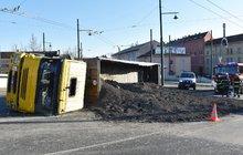 Nehoda na mostě v centru Plzně: Náklaďák vysypal 30 tun popela
