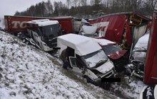 10 cm sněhu a...Z dálnice D1 se stalo vrakoviště: Přes 40 aut v sobě!