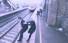 Šokující VIDEO: Máma hrdinka zachránila sebevraha!