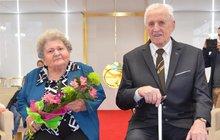 Káru života společně táhnou neuvěřitelných 65 let! Vlastimila (94) a Vladimír (98) Jakešovi z Ostravy kamennou svatbou stvrdili svůj manželský svazek. Poprvé se brali osm let po válce a včera do obřadní síně zamířili znovu.