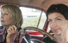 Posadit dvě dámy do starého otřískaného ruského auta, vyslat na cestu a natočit o tom film, to tady dlouho nebylo. Nová komedie Tátova volha, film Jiřího Vejdělka, na tomhle vydělává. Balzerová a Wilhelmová rozjedou mile úsměvnou a rozjímavou road movie, kterých se v Česku až tak moc netočí.