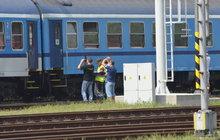 Kdo je vinen za smrt děvčátka (†3), které »vytáhl« proud vzduchu z chodbičky vlaku? Obžalovaná průvodčí Jana S. (49) a vlakvedoucí Jarmila S. (43) odmítají, že pochybily. A drážní inspektor včera u soudu řekl, že za vypadnutí dítěte nemohou.