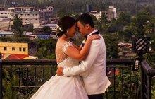 Svatební fotka před probuzenou sopkou: Pozor, vyletí láva!