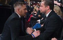 Tom Hardy prohrál sázku s DiCapriem a musel si vytetovat: Leo ví všechno!