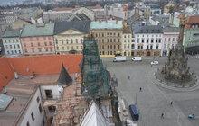 Rekonstrukce olomoucké radnice: Rozebírají 13 věžiček a vikýřů