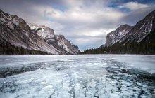 Bubliny v ledu kanadského jezera Monnewanka:  Krása, ale... Hrozí výbuch!