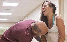 Fotogalerie pro silné povahy: Žena porodila na nemocniční chodbě!