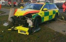 Nepozorná šoférka na křižovatce: Smetla auto záchranky!
