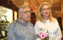 """Už skoro tři měsíce leží Jiří Menzel vÚstřední vojenské nemocnici, kde se dává dohromady po operaci hlavy. Oscarový režisér měl velkou smůlu, že se nakazil meningokokem, který většinou útočí na děti. """"Lékaři ho nejdříve léčili silnými antibiotiky. K tomu dostal ještě zánět středouší, který mu operovali,"""" svěřila jeho manželka Olga Menzelová (40) magazínu Dnes, která za ním každý den dojíždí do nemocnice."""