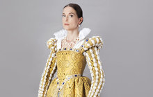 Historický a lidový oděv: Obléknout se trvalo hodiny