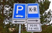 Polib a jeď (Kiss and Ride). Není to povel pro zamilované řidiče, ale dopravní značka, kterou lze v českých ulicích vídat stále častěji. Značka řidiče mate.