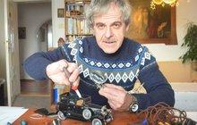 Malý model limuzíny Škoda Hispano-Suiza užívané prezidentem Masarykem vyrobil sběratel starých hraček Michal Widenský (55). Před dokončením drobností jej poprvé ukázal deníku Aha!.