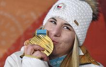 """Podmanit si svět snowboardingu? Maličkost. Vytřít na olympiádě všem zrak zlatem z lyží? Splněno. Ester Ledecká (22) zdá se, nemá hranici, kterou by nezvládla překonat. Však už o jejím talentu vtipkuje celý svět. """"Měla by k nám naskočit do první lajny,"""" smál se útočník hokejové repre Michal Vondrka. """"Už jen čekám, až sedne do kokpitu formule 1,"""" baví lidé na internetu."""