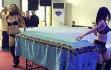 Z repráků duní elektronická hudba, laserové paprsky protínají umělou mlhu a spoře oděné dívky se vlní kolem hostů. Ne, to není pohled do zákulisí nějakého hambince. Takhle to vypadá na některých pohřbech v Číně! Aby rodiny přilákaly větší davy, zvou na ně striptérky, které se pak vlní kolem rakví s nebožtíky.
