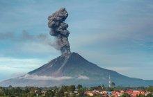 Indonéská sopka chrlí popel do výšky 7 kilometrů