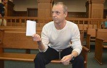 S polenem v ruce si šel promluvit s bývalou přítelkyní Jaroslav Hájek (56) z Karvinska. Rozešla se s ním a on chtěl, aby se zase dali dohromady. Potom podle své obhajoby zakopl a poranil ji. Za pokus o vraždu bude 12 let pykat za mřížemi.
