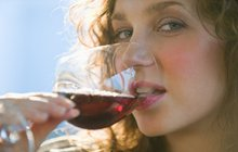Trápí vás páchnoucí dech a bolest dásní? Červené víno vám pomůže!