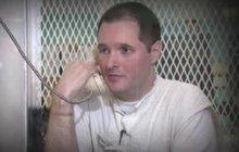 K zázraku, který zažijeme spíš ve hollywoodském vězeňském dramatu než v reálném životě, došlo včera v Texasu. Tamní guvernér Greg Abbott se odhodlal ke zřídka vídanému kroku a hodinu před popravou omilostnil vraha Thomase Whitakera (38) na žádost jeho otce, který se málem stal jednou z jeho obětí.
