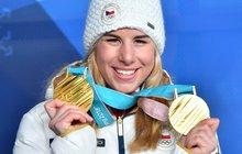 Bože, ta holka to vážně dokázala! V pouhých 22 letech jí svět leží u nohou. Ester Ledecká vyhrála na olympiádě zlato ve dvou různých sportech – po yžařském super-G i paralelní obří slalom na snowboardu!