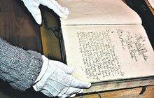 V Podivíně na Břeclavsku se mohou pochlubit nejstarší dochovanou rybářskou kronikou u nás. První řádky do ní byly vepsány v květnu roku 1717, tedy před 300 lety, kdy zdejšímu královskému městu udělil rybářské právo tehdy jednadvacetiletý vládnoucí kníže Josef Václav z Lichtenštejna, schopný voják a diplomat. V Podivíně žije navíc Karel Pokorný (94), zřejmě nejstarší český rybář. Dodnes na něj můžete narazit na březích Dyje, jak svými pruty »bičuje« vodu.