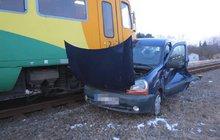 Vlak rozpáral automobil