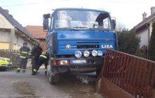 Muže (69) přejel vlastní náklaďák