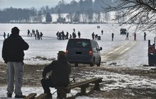 Na zamrzlé Vodní nádrži Lipno si nezodpovědní motoristé zkracují cestu:  Pozor! Hazard se životy!