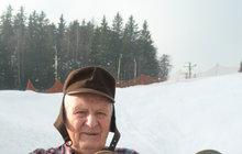Jan Hainiš (78) má doma muzeum zimního vybavení: 40 let sbírá staré lyže, brusle a sáně
