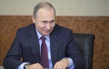 V neděli ho s pravděpodobností na 99,9 % zvolí ruským prezidentem. Už počtvrté! Vladimir Putin (65) nemá konkurenta, lidé ho milují, vede prý zemi správným směrem k prosperitě a stabilitě. Podle všeho si ale nejvíc pomáhá sám. Neoficiální finanční žebříčky ho označují jako nejbohatšího muže planety s majetkem 200 miliard dolarů. To je pro příklad jen asi o 600 miliard korun méně, než byl v roce 2016 HDP ČR.