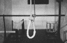 Zavraždit svou manželku (33) po předchozí zuřivé hádce se rozhodl v červnu 1987 ve Fiľakovu na jižním Slovensku rozběsněný mladý muž (†28). Žena ovšem přežila, kdežto on zemřel.