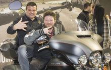 Na motorce jezdil v seriálech, zahrál si i učitele autoškoly. Leoš Noha má k motorkám opravdu kladný vztah a tak nechyběl ani při zahájení brněnského veletrhu MOTOSALON. Ale jedno mu schází – a to řidičák!