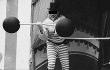 Cirkusák Adolf Š. (24) zcela věřil své partnerce Margaretě (29), rovněž zaměstnané u téhož cirkusu. Dokonce natolik, že v jedné mostecké krčmě uzavřel sázku s kočím Josefem L., který se holedbal, že artistovu družku dostane do postele. A skutečně se mu to podařilo.