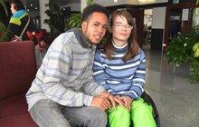 Je na vozíku a lásku našla až za oceánem. Adéla (27) z Ostravy se přes internet seznámila s Dominikáncem Osirisem (22). Po dlouhém dopisování si pro něj dokonce sama dojela. Třídenní cesta plná útrap se změnila v romantický pobyt, v jehož závěru si milého vzala.
