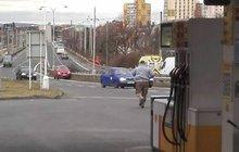 Šok zažil řidič na benzince v Chomutově. Nejprve se lekl, že mu někdo ukradl červený ford, pak v něm hrklo podruhé, když zjistil, že auto nezabrzdil a samo mu ujelo.