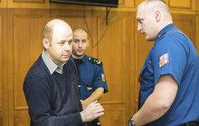 Na dálnici D10 vybrzdil auto, kde zemřel malý chlapeček (†8 měsíců)! Za to půjde Martin Kostner (36) na 11 let za mříže. Trest mu včera o 2 roky zpřísnil Vrchní soud v Praze.