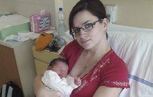 Neobvyklý porod zažila v pondělí Iveta Richtrmocová (30) z Liběchova na Mělnicku. Její dcerka Eliška se narodila přímo v sanitce za pouhých osm minut. Dojetím plakal nejen tatínek, ale i záchranáři.