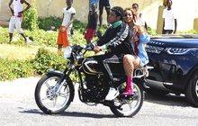 Jay-Z si vozí Beyoncé na motorce po Jamajce:  A kde máte helmy, přátelé?
