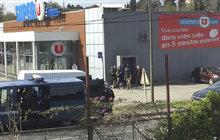 """Neznámý ozbrojenec zajal dnes před polednem několik rukojmích v supermarketu na jihu Francie. Jak uvedla agentura AFP s odvoláním na prokuraturu, ozbrojený muž se hlásí k teroristické organizaci Islámský stát (IS). Francie v posledních letech zažila několik krvavých atentátů, které podnikli radikální islamisté. """"Situace je vážná,"""" uvedl premiér Édouard Philippe."""
