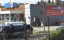 Stoupenec Islámského státu (IS) Redouane Lakdim v supermarketu na jihu Francie zastřelil řezníka a zákazníka a zajal několik rukojmí. Zranil také dva policisty, ohrožoval je i granáty. Nakonec zneškodnila zásahovka.