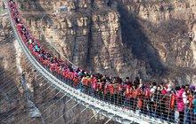 Hej, vejdu se tam ještě já?! Šest stovek lidí naráz vpadlo na skleněný most