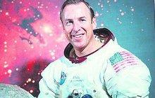 Astronaut s českými kořeny a šéf mise Apollo 13 Jim Lovell dnes slaví devadesát let. Houstone, máme problém!