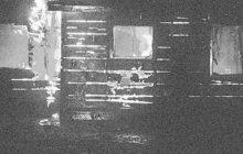 Plameny vyšlehly v červnu 1969 z oken domku v Podbořanech na Lounsku. Žhář měl co dělat, aby před ohněm stačil utéct do bezpečí. Vběhl přímo do rukou hlídky Veřejné bezpečnosti, která ho sebrala a odvezla k výslechu.