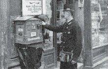 Jedinou ránou z revolveru se 7. června 1910 v Praze zastřelil Antonín F. (†49), vzorný manžel, otec tří dětí a doručovatel peněz na poště v Holešovicích. Nedokázal se vyrovnat s podezřením, že údajně zpronevěřil sumu ve výši dvanácti korun.