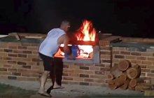 Tohle nikdy nezkoušejte! Udělal ze sebe ohnivou kouli!