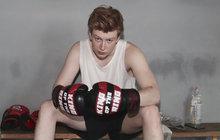 Kvůli roli v seriálu změnil životní styl, cvičí a nechává do sebe bušit jako do pytle. Věru, v ringu mu to sekne stejně jako na pódiu nebo před kamerou. Idol mladých dívek Adam Mišík má nového »režiséra«, boxerského šampiona Rosťu Osičku (61). A oblékl boxerské rukavice.